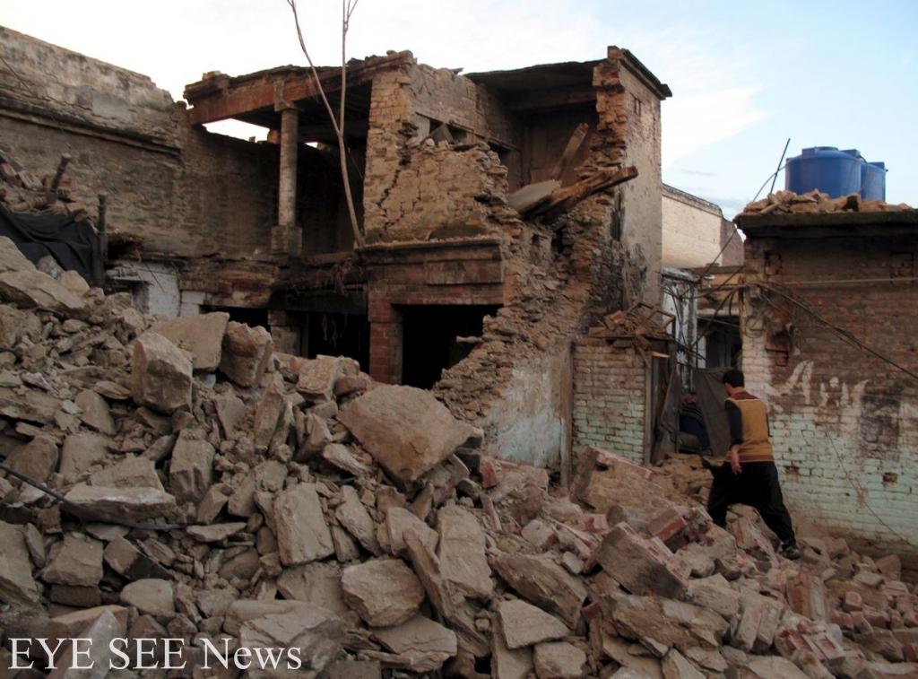 阿富汗北部週一(26日)發生7.5級強烈地震,造成建築物倒塌,上千人死傷。圖/路透