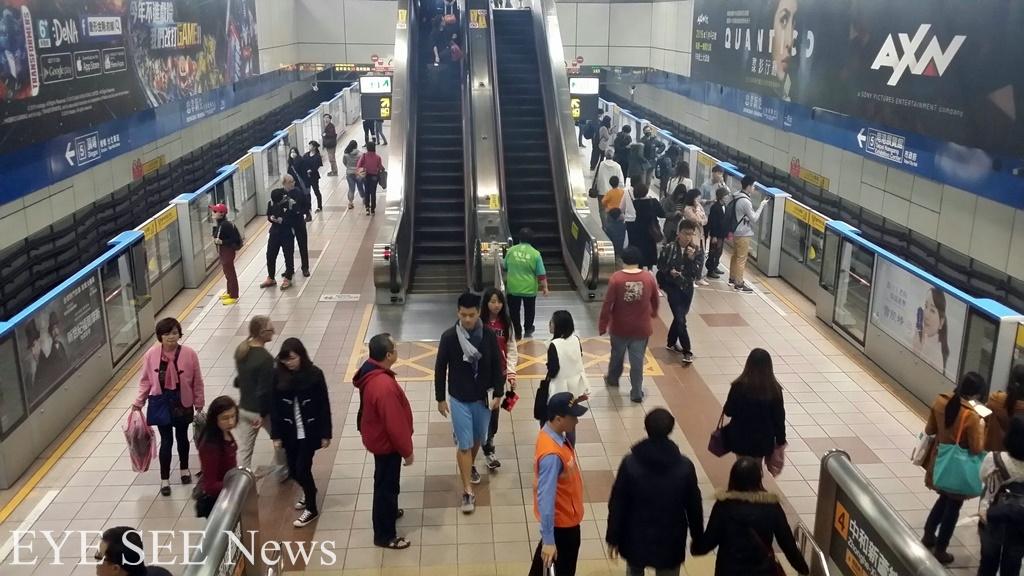 捷運站內按保全人員指示行進,是搭車安全的重要一步。圖/林智恩拍攝