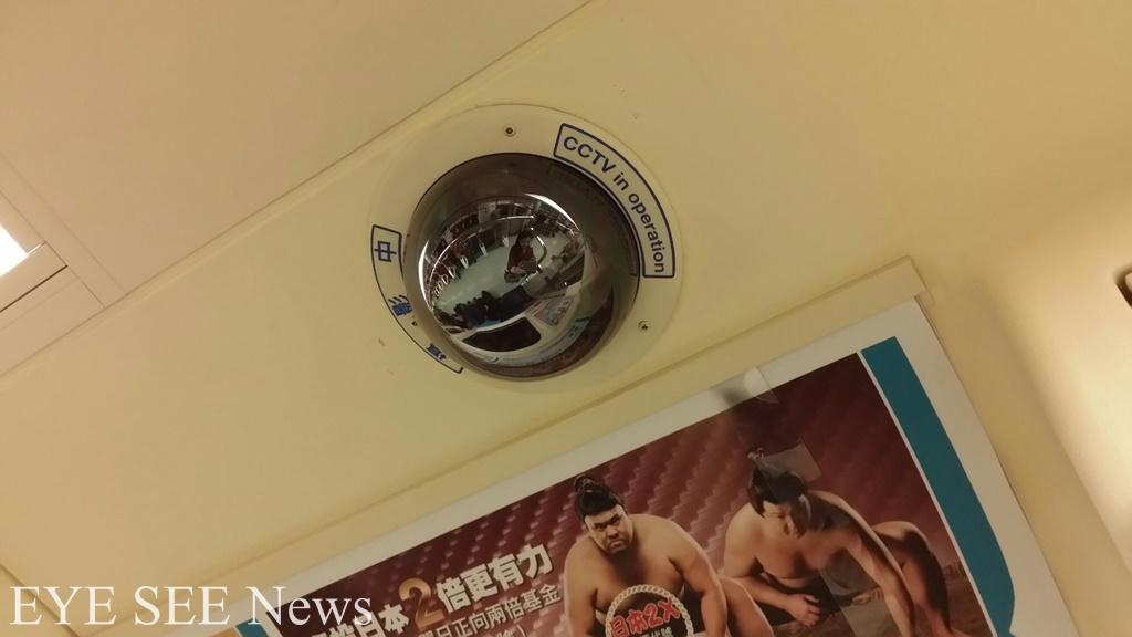 捷運車廂內目前皆裝有監視器,由中控中心隨時監控現場狀況。圖/林智恩拍攝
