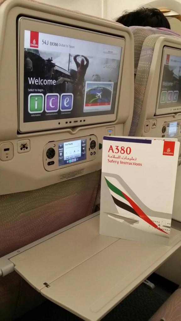 5月1日首航的阿聯酋A380,機內座椅比一般飛機寬敞,娛樂設備更加完善,還附加雙手持電玩遙控器。攝/林智恩