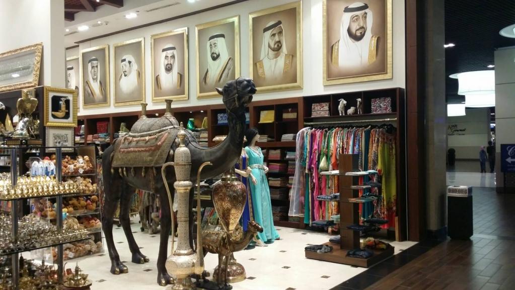 杜拜最大Dubai Mall內阿拉伯風情商店林立,無論何時總是擠滿各國觀光客。攝/林智恩