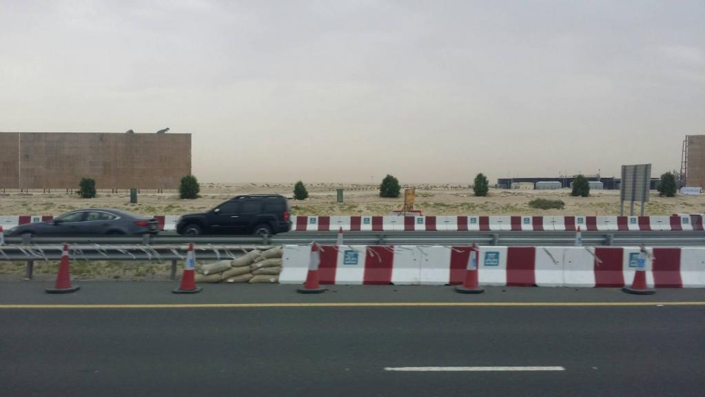公路兩旁的沙漠,目前正致力建設為綠地,準備迎接世博從全球各地來的觀光客。攝/林智恩