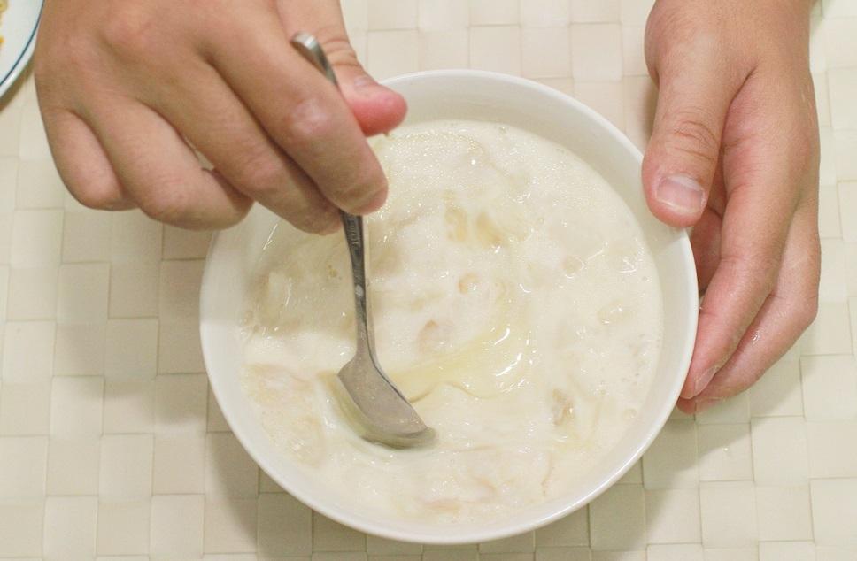 做法9. 魚肉加入鮮奶及太白粉水調味完成後,待涼拌入蛋白備用。圖/藍可雲攝