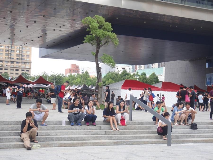 台中市政府假日時分,是許多民眾尋寶兼遛狗、帶小孩散步的好去處。圖/林智恩