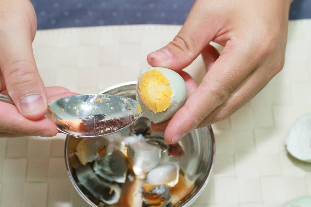 做法10. 將鹹蛋蛋白與蛋黃分離,取蛋黃備用,鹹蛋白可酌量加入以避免過鹹。圖/藍可雲攝
