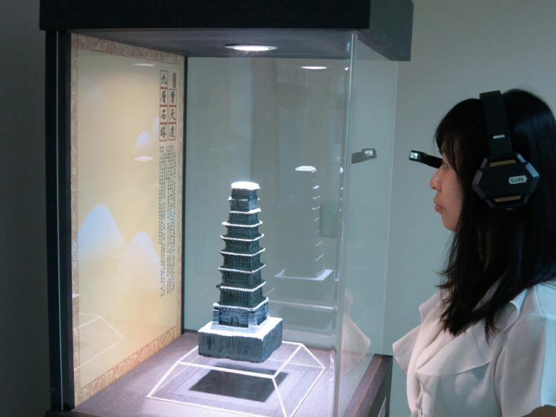 2016智慧顯示與觸控展覽會中民眾戴上智慧眼鏡,親身體驗全新的觀展情境。圖/資策會