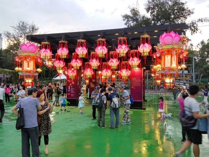 香港街頭華燈璀璨,四處瀰漫中秋過節氣氛。圖/林智恩