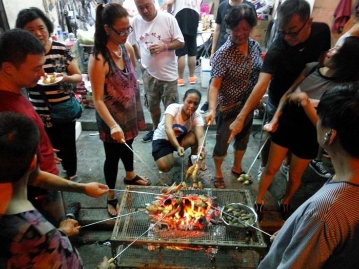 香港過中秋也會烤肉,但烤肉方式和台灣不同,每個人烤自己要吃的食物。圖/林智恩