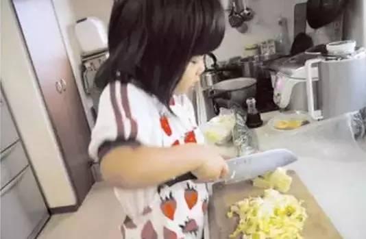 4歲的阿花,被媽媽「逼著」拿菜刀學做健康的味噌湯。儘管阿花用刀的樣子看上去相當嚇人,千惠還是忍住沒出聲。圖/互聯網