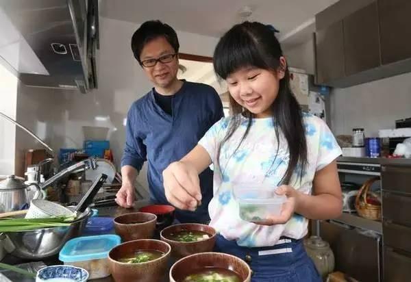 媽媽走後,阿花卻踐行了與媽媽的約定——開始獨立做味噌湯。勇敢樂觀的阿花,也給了爸爸生活的信心。圖/互聯網