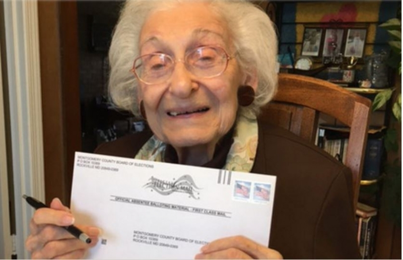 舒爾茨出生於1918年,當時美國女性仍未有權投票。2年後,美國正式批准憲法第19修正案,確立美國公民不應因性別而被拒絕賦予或削減投票的權利。她在21歲那年首次投票,此後每次大選都用選票表達立場。(圖/互聯網)