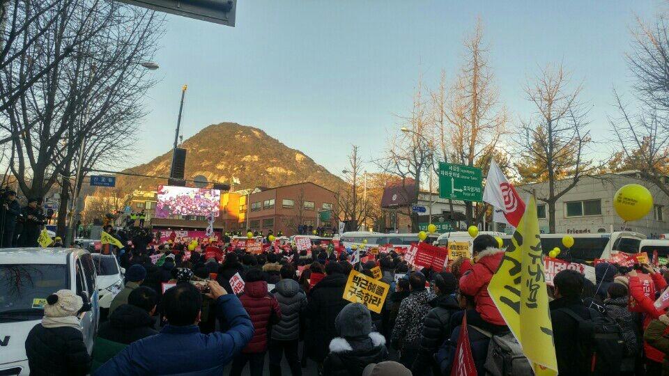 日以繼夜以行動展現倒朴決心的示威民眾。圖/韓國在地記者Jeon Ho Su