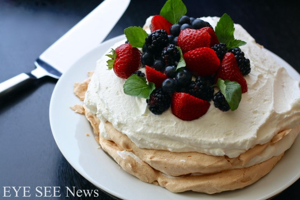 澳洲、紐西蘭非常受歡迎的帕芙洛娃蛋糕Pavlova,是一種蛋白霜蛋糕,以打發鮮奶油和各色繽紛水果當點綴,外酥內Q。圖/網路