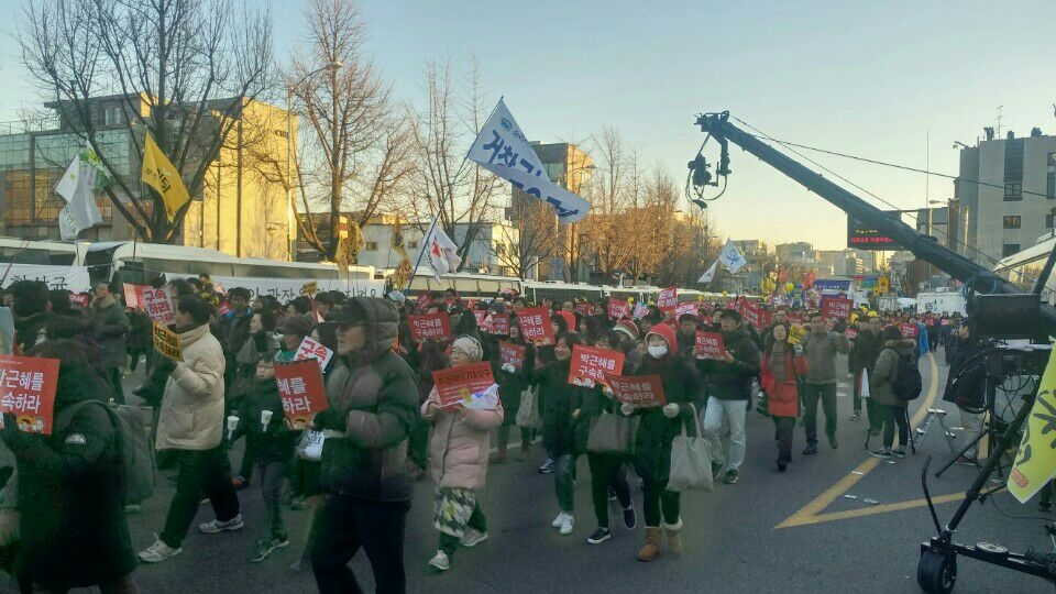示威群眾頂著寒風,有秩序地行進著。 圖/韓國在地記者Jeon Ho Su