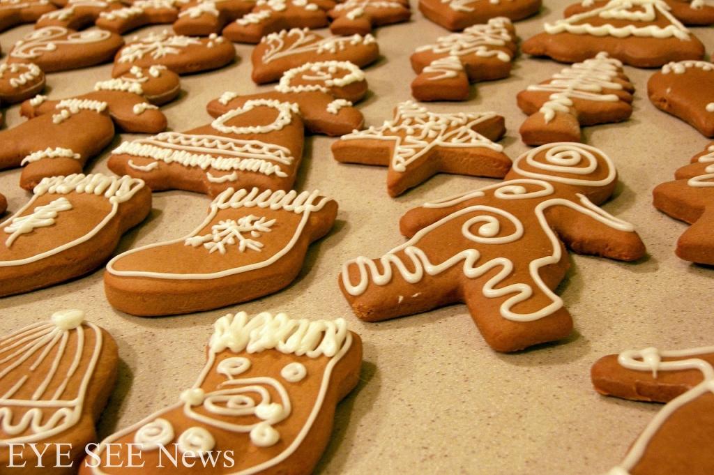 薑餅Lebkuchen是德國最著名的聖誕食品。這是是聖誕節時吃的小酥餅,通常用蜂蜜、紅糖、杏仁、蜜餞果皮及香辛料製成,把「薑」加入餅乾中,除了可以增加風味,還有驅寒的功用。相傳在十字軍東征時,「薑」是一種昂貴的進口香料,因此只捨得用在聖誕節、復活節這樣重要的節日裡。久而久之,薑餅就成了聖誕節裡不可缺少的小點心了。圖/網路