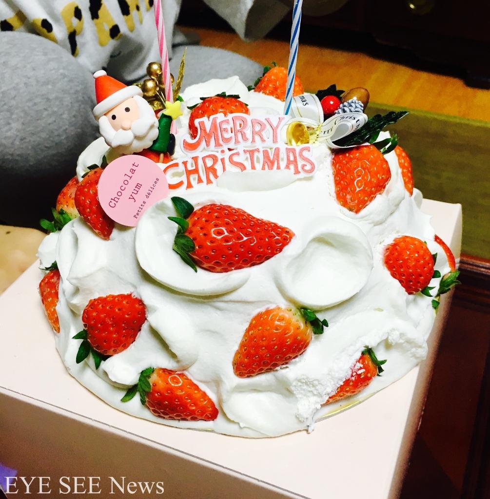 看過節目《電視冠軍》的人,一定對日本的草莓奶油耶誕蛋糕不陌生。紅、白兩色是傳統日本的吉祥、吉利的「平安色」。在潔白的蛋糕上裝飾紅色的草莓的鮮奶蛋糕,象徵「平安」喜訊,如同平安夜的佳音,是日本人的最愛聖誕蛋糕型款。圖/網路