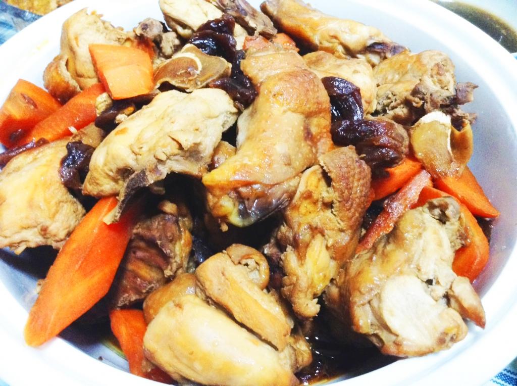 做法: 1.待雞肉炒至5分熟時,加入適量的龍眼乾,米酒與醬油以2:1比例淹過雞肉約八分滿,可視情況調整醬油鹹度。 2.透過龍眼乾增添焦糖色光澤,也提供甜味,而醬油的鹹味與龍眼乾綜合後,呈現回甘的滋味不死鹹。 3.調味後蓋上鍋蓋以中火悶燒,途中適時攪拌,若湯汁太少可加入適量高湯,待雞肉燒上色入味可起鍋,約滷10至15分鐘。