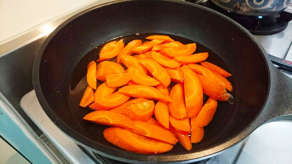 做法:薑切片 、蔥切段 、蒜切片備用,紅蘿蔔切斜片後,燙熟備用。