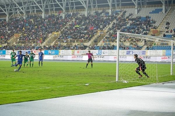 上半場48分鐘,傷停補時期間,陳柏良踢進12碼罰球,為中華隊添入1分。圖/鄭哲宇