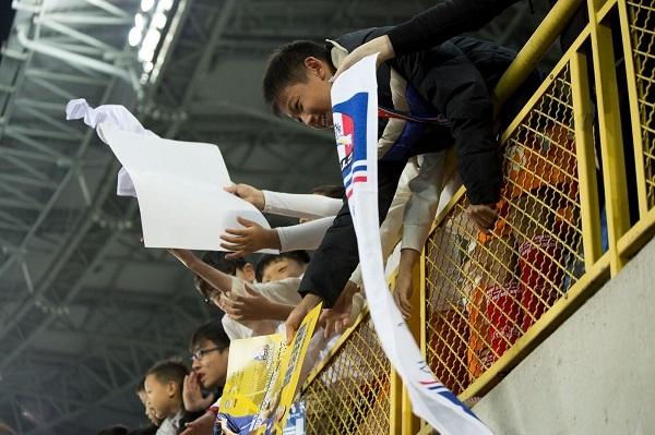 現場球迷熱情地為中華隊球員加油。圖/鄭哲宇