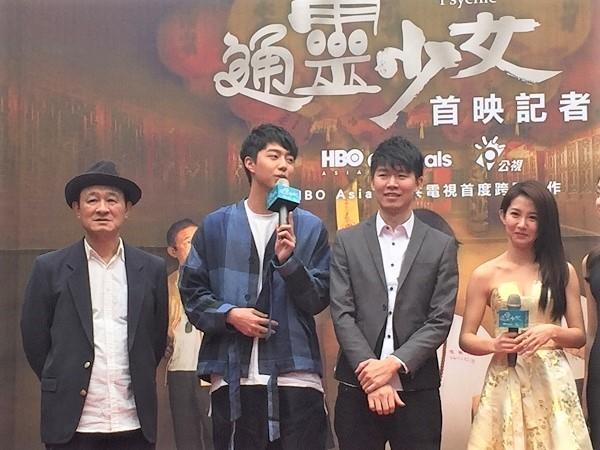 通靈少女演員蔡凡熙(左二)、郭書瑤(右一)與導演陳和榆(右二) 圖/鄭哲宇