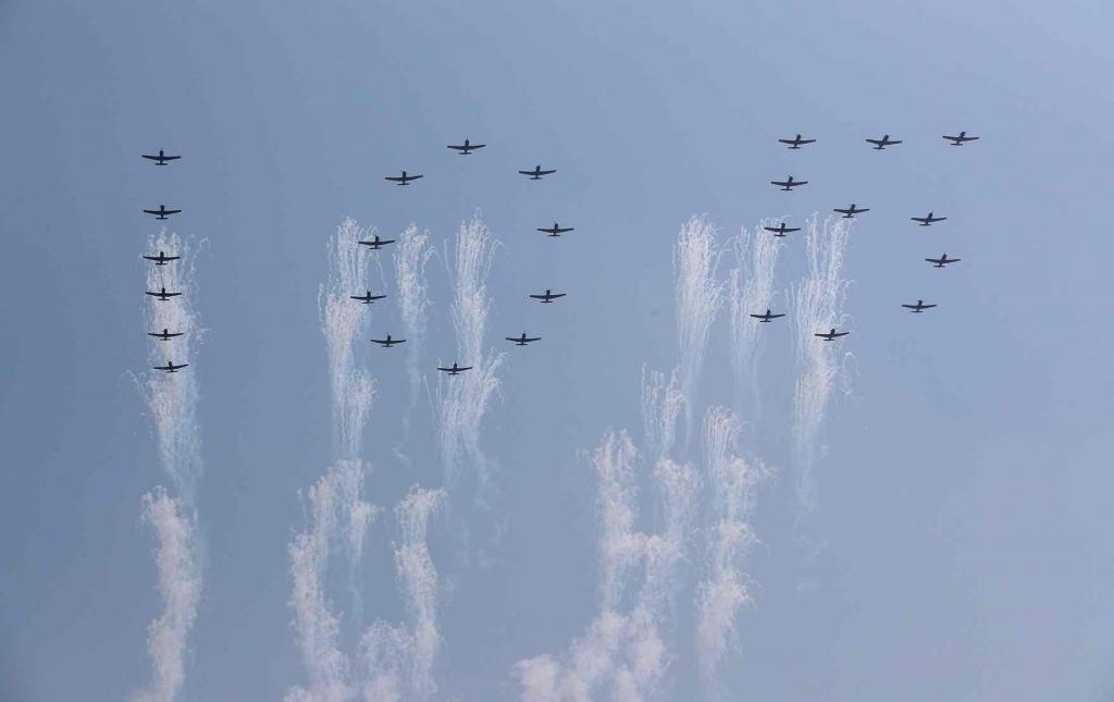 北韓空軍在空中排出「105」的字樣,象徵金日成的105歲冥誕。 圖/英國衛報