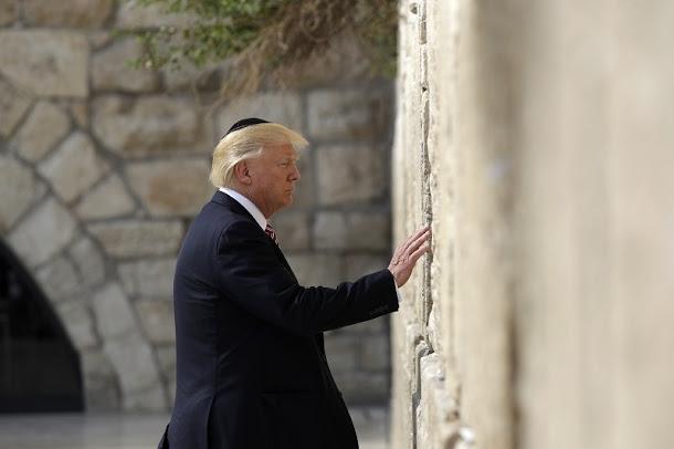 22日下午,川普頭戴猶太圓頂小帽kippah,以右手輕觸牆身祈禱,成為第一位蒞臨哭牆的美國總統。圖/路透