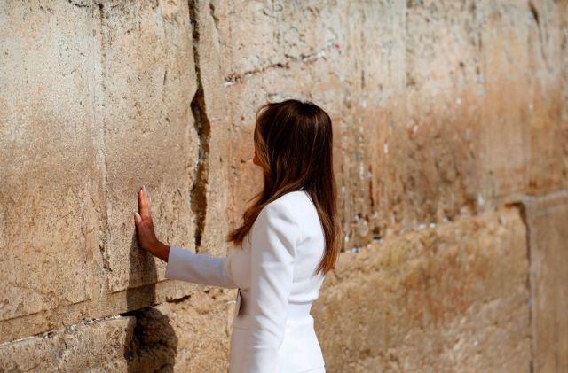 川普夫人梅拉尼婭 (Melania Trump) 於哭牆的女性專區禱告。圖/法新社