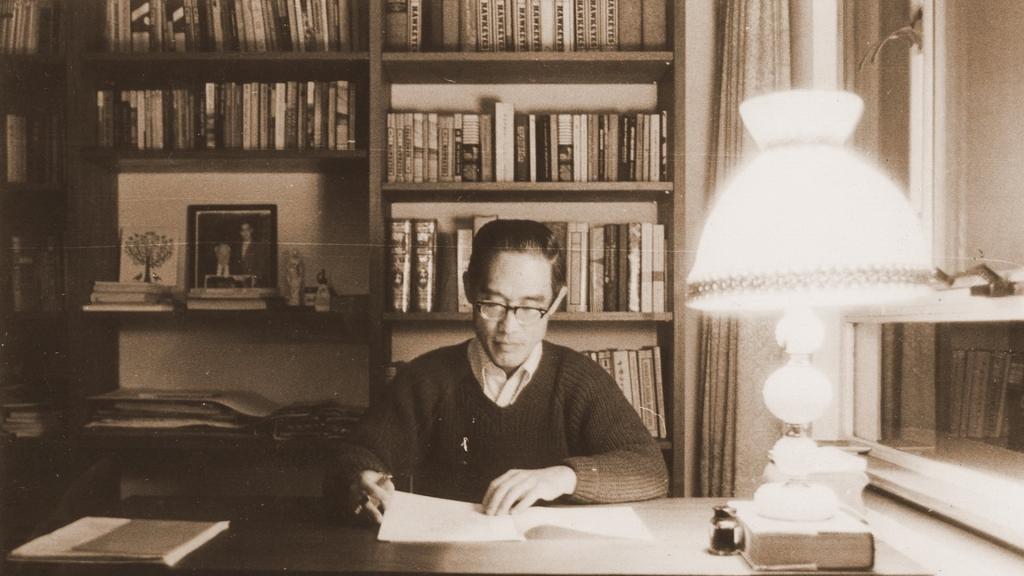 余光中於香港中文大學任教時,在宿舍寫作的舊照。 圖/國立中山大學提供