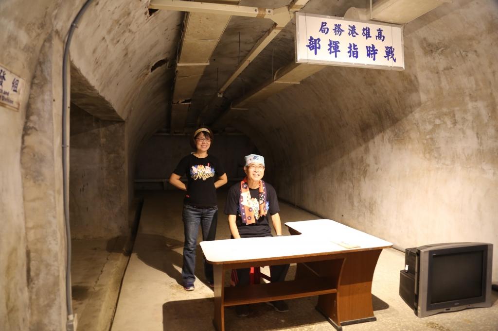 秘道內尚留有基地處室標示,左起國立中山大學學務長楊靜利及校長鄭英耀。圖/國立中山大學提供