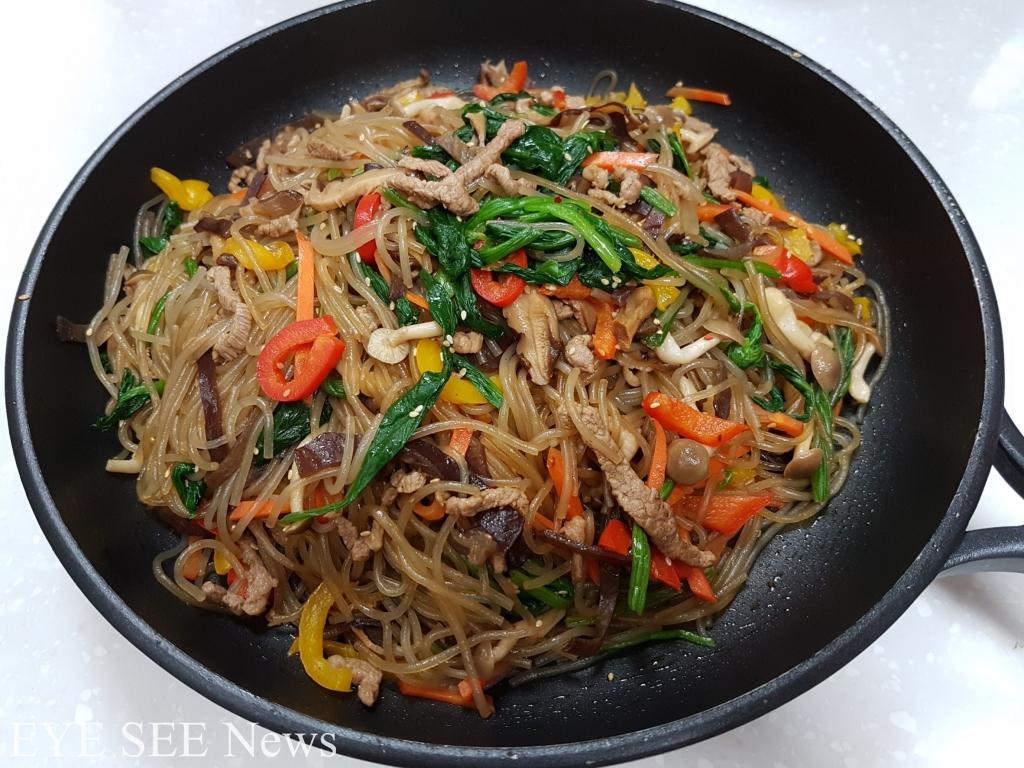 美味的韓國代表宴會料理「雜菜」。 圖/Sandra Huang