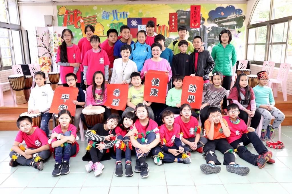 看見孩子們在才藝學習方案中的優秀表現,張小燕和張艾嘉皆對兒童的成長與轉變感到十分欣慰。圖/台灣世界展望會提供
