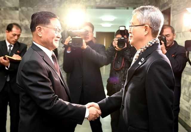 南韓首席代表李宇盛(右)、北韓首席代表權赫奉(左)握手致意。圖/法新社
