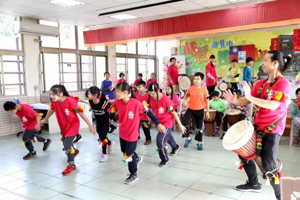 張小燕、張艾嘉在龜山國小看見台灣世界展望會與學校合作的非洲鼓才藝方案,孩子們活潑的表演,讓兩人大呼精彩。圖/台灣世界展望會提供