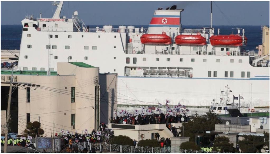 6日下午,北韓「萬景峰92」停泊南韓江原道墨湖港,南韓保守陣營太極旗和星條旗等到場示威。圖/美聯社