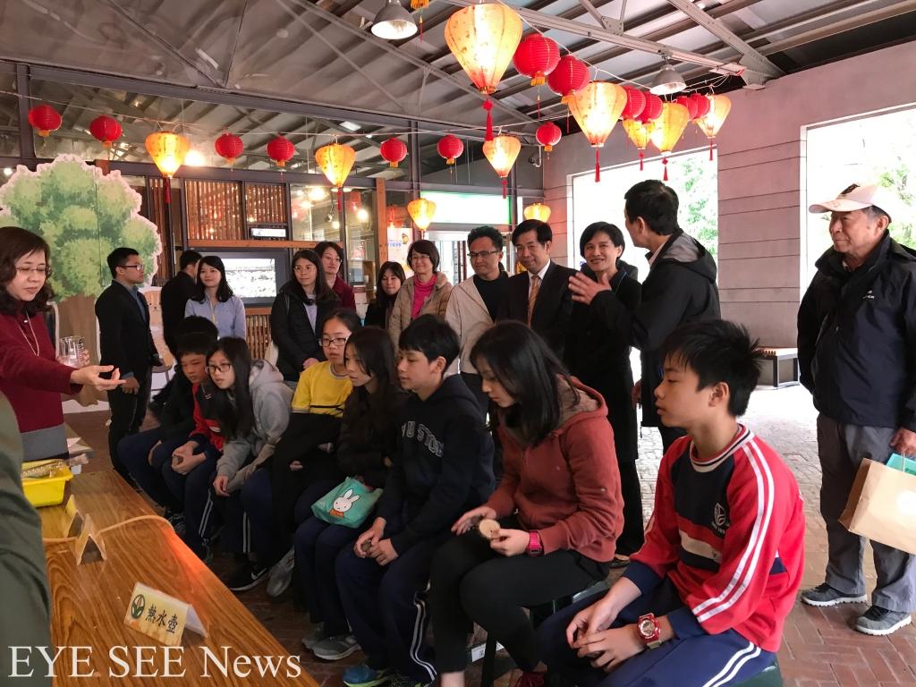 深坑國小學生到國立台灣博物館南門園區戶外上課,近距離認識樟樹,並體驗製作樟腦油。圖/白璦嘉攝