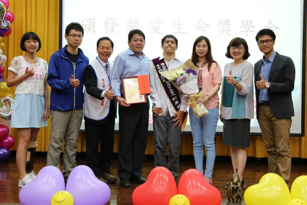 劉庚銘(右四)獲「2018年全球熱愛生命獎學金」,父母(左四、右三)也到場為他加油打氣。 圖/國立中山大學提供