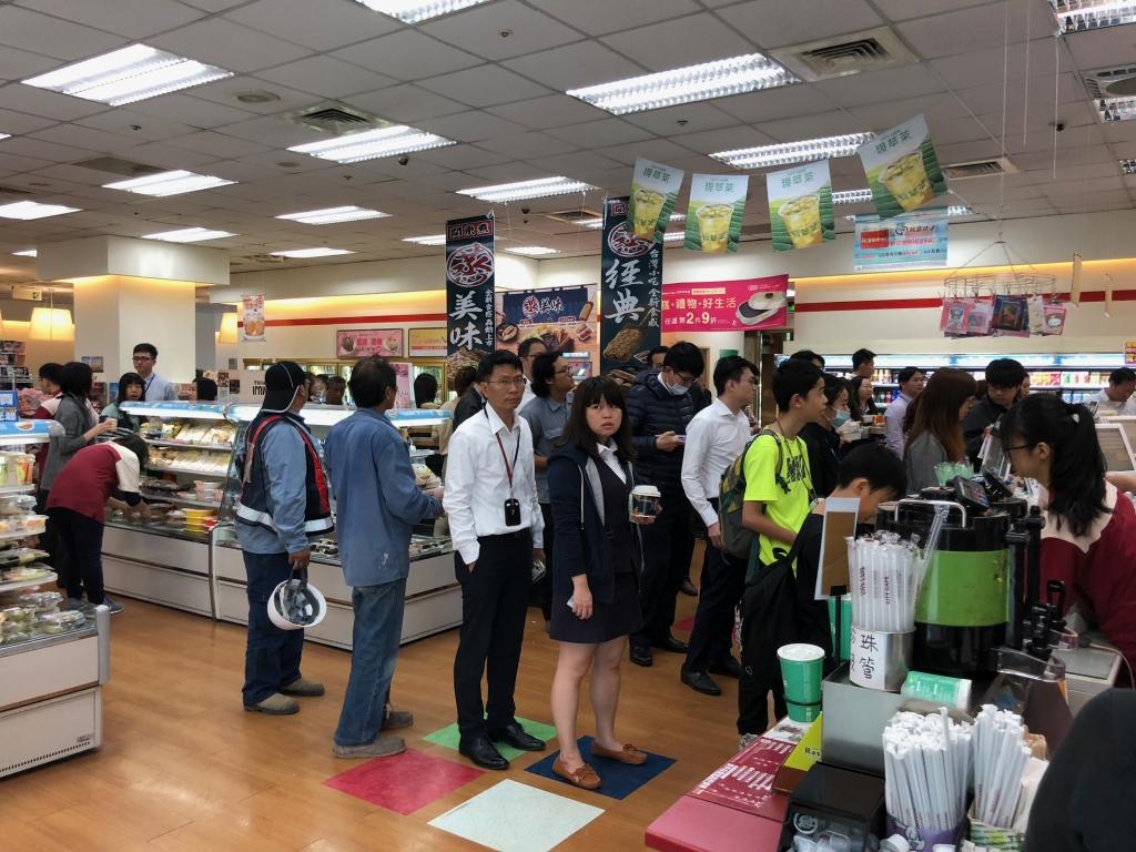 為了省時省錢,信義區便利商店大排長龍 圖/鍾天選