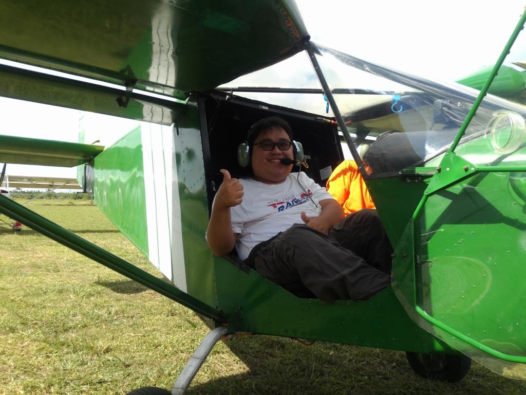 楊博宇不畏肌萎症,在南台灣推廣身障者自立生活運動,爭取相關權益並辦理障礙者培力活動,圖為「輕航機體驗」。圖/國立中山大學提供