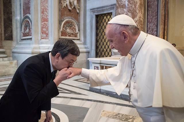 教宗方濟各(右)接見特使團團長副總統陳建仁 圖/總統府提供