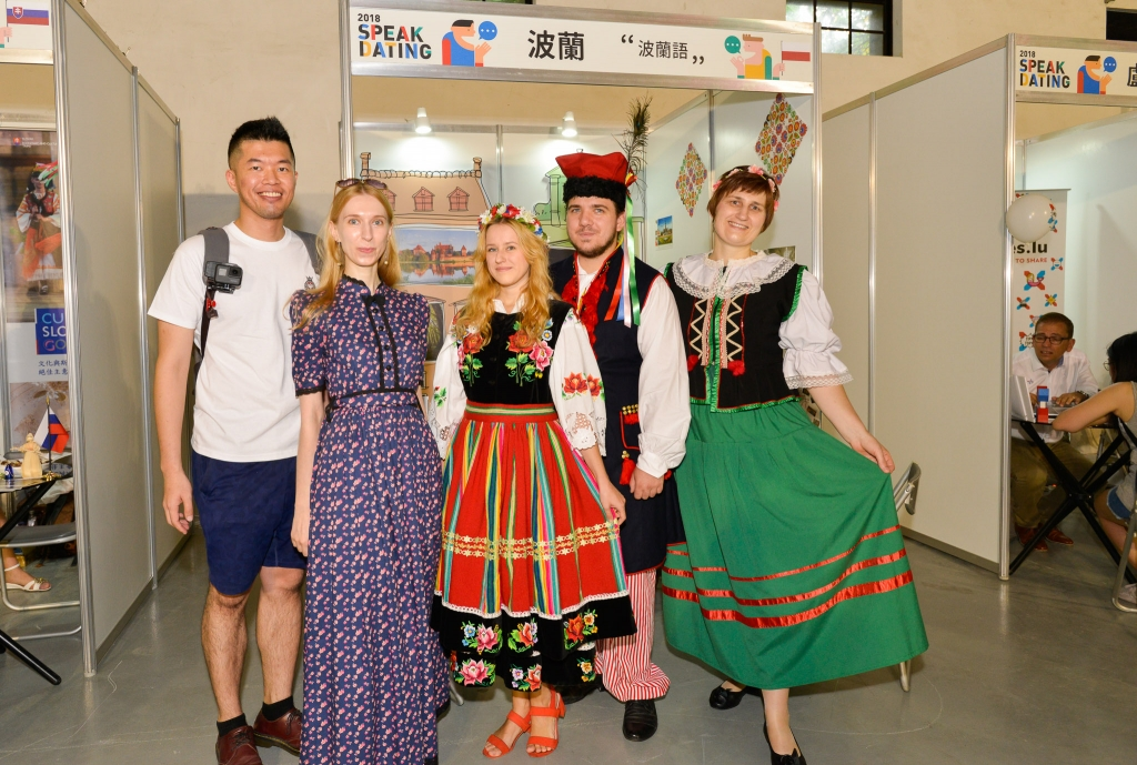 民眾與身著波蘭傳統服飾講師開心合影/新創整合行銷提供