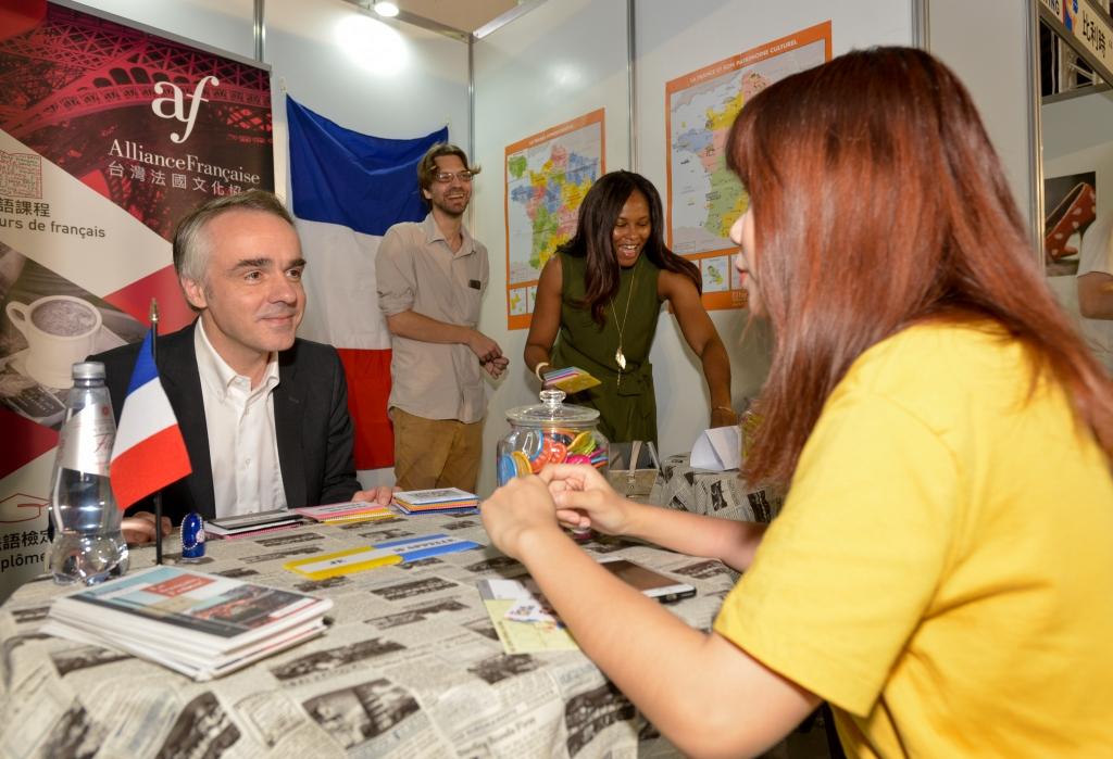 法國在台協會主任紀博偉先生擔任法國攤位首位講師,與民眾熱情互/新創整合行銷提供