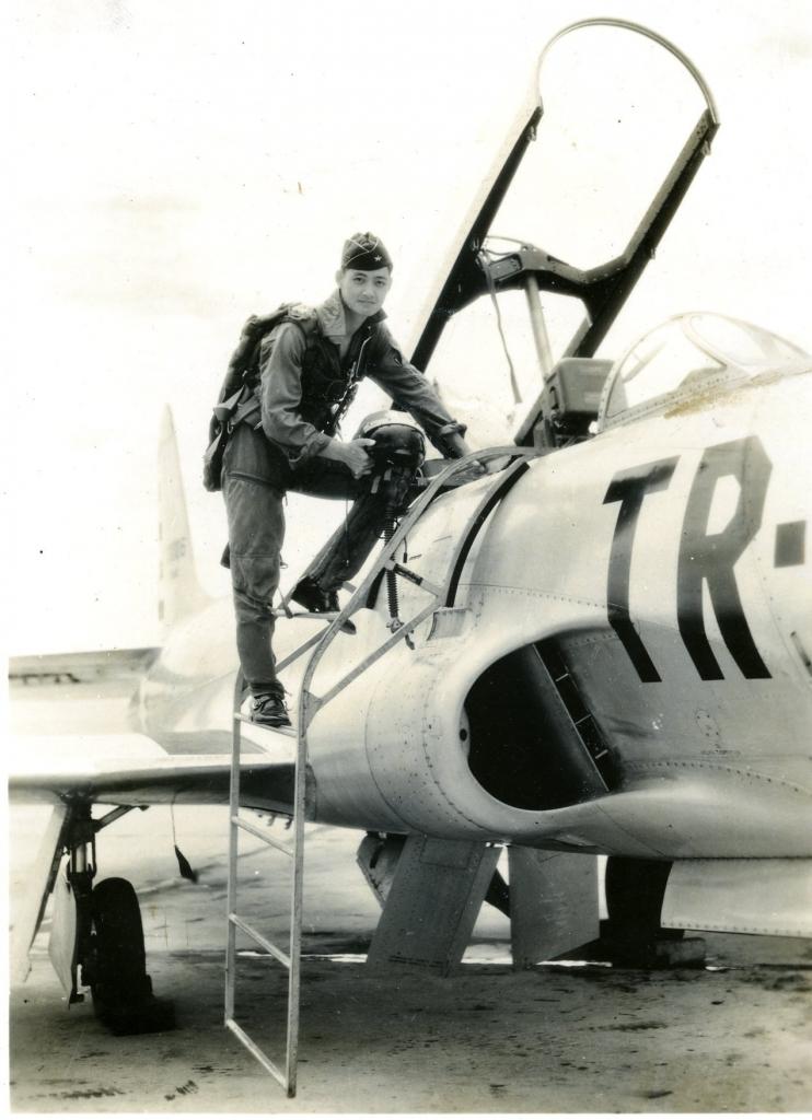 梁金中與T-33 型教練機,攝於1958 年