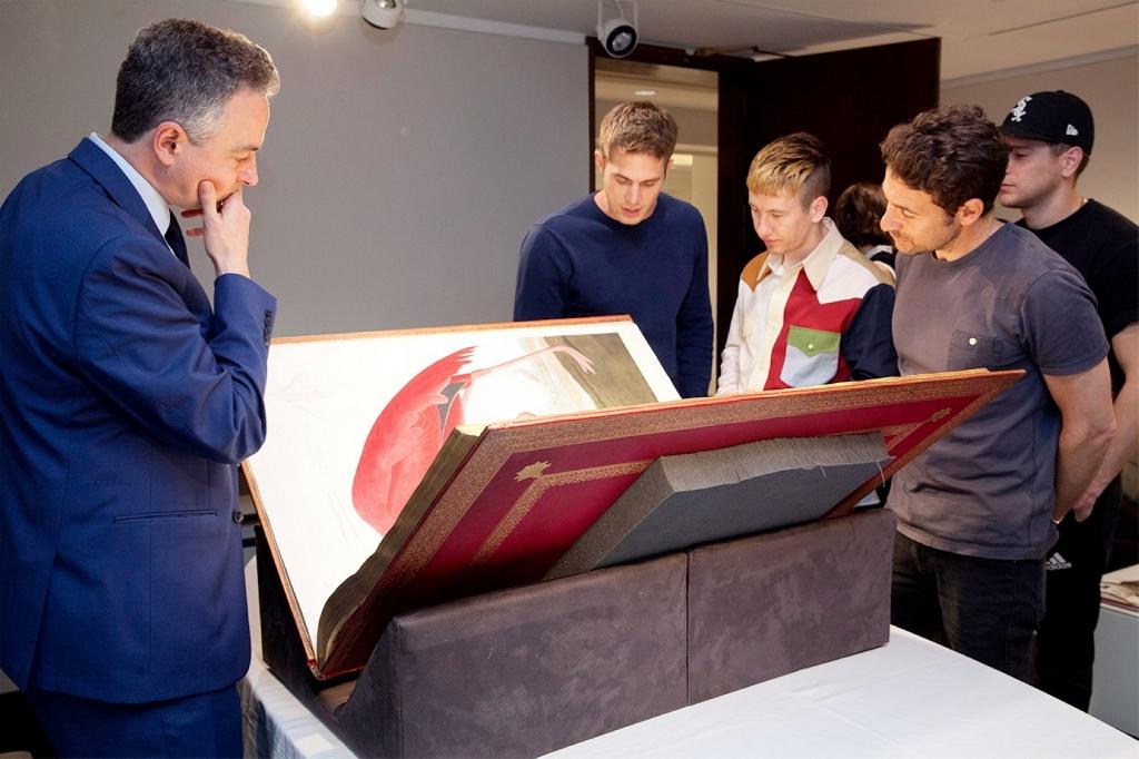 導演巴特林頓(右一)率布萊克詹納(右三)、貝瑞科漢(右二)、傑瑞德阿布拉罕森(右排後)跟片中珍書真品相見歡/本圖翻社自網路