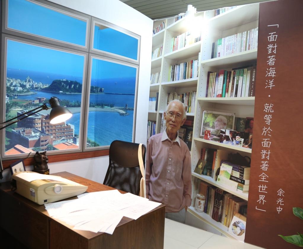 中山大學《望海—余光中教授紀念特展》重現詩人在校內文學院的研究室場景,窗外的西灣海景也以海報模擬;書桌上,則擺上余教授曾用過的打字機及複印的手稿。 圖/國立中山大學提供