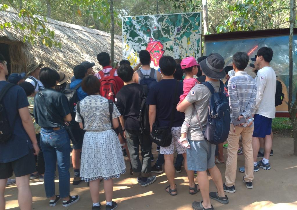 越戰遺址古芝地道,吸引了來自世界各地的觀光客,體驗當時越戰的緊張氛圍。圖/林智恩。