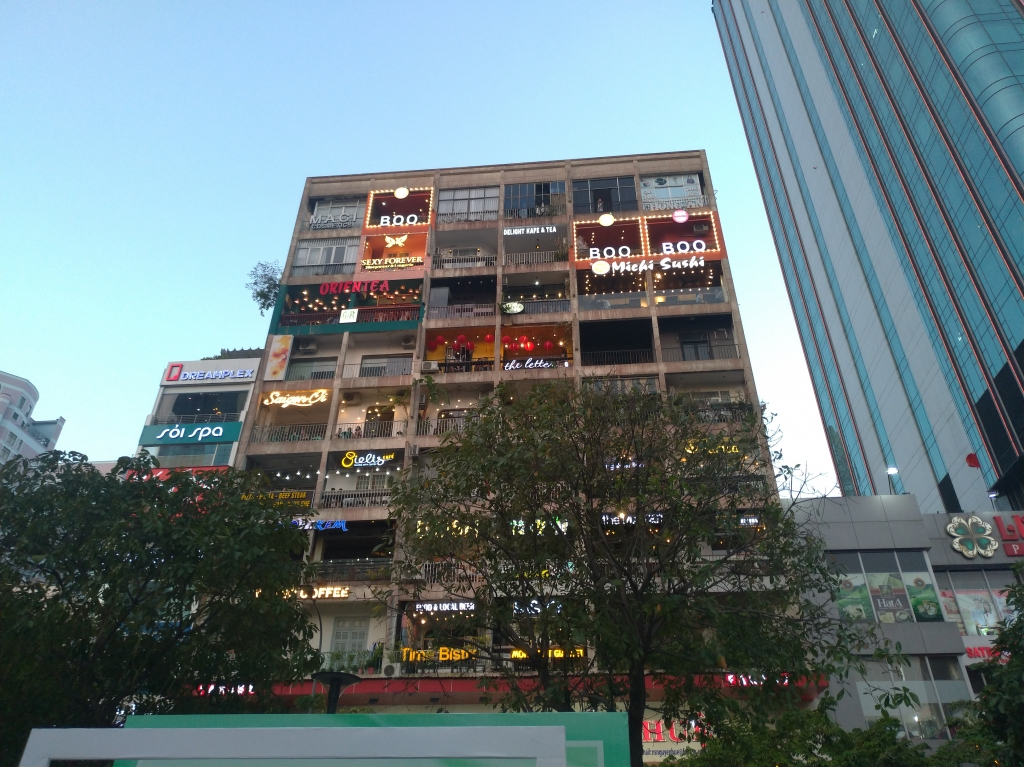 胡志明市旅遊也流行文青風!由20 世紀中期老公寓改建而成的咖啡公寓,成為年輕旅客必去的景點。圖/林智恩。