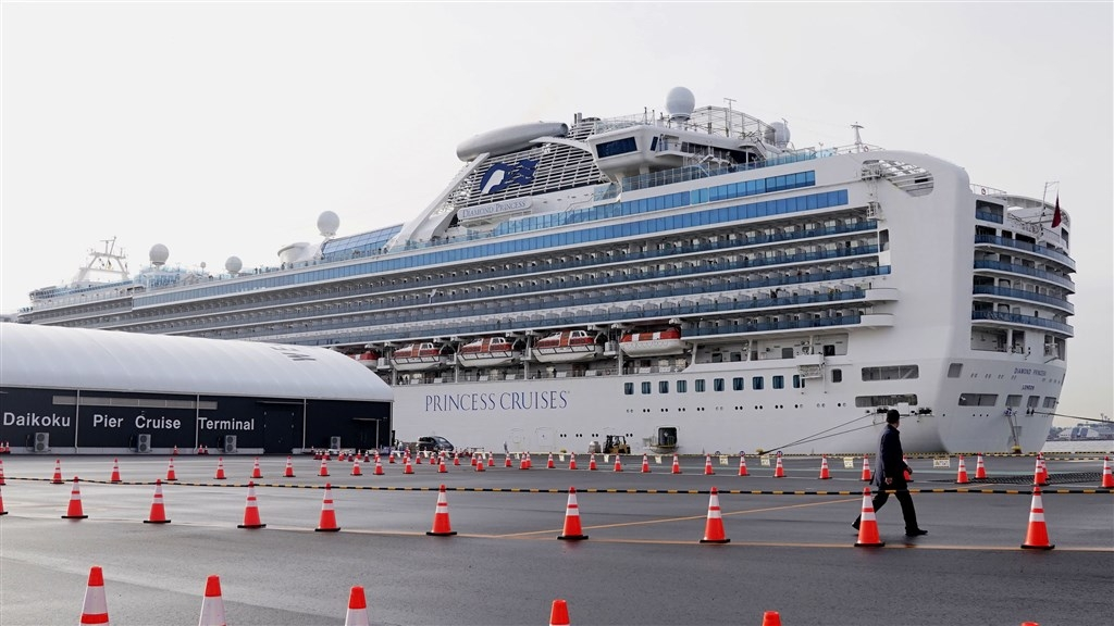 2月21日晚間,鑽石公主號上19名臺灣乘客經包機返臺,將進行2次檢疫與14天隔離。 圖╱中央社